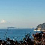 逗子で江の島越しの富士とお店を眺める